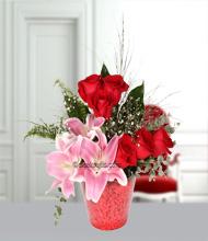 Konik camda lilyum ve güller