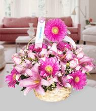 Çiçek sepetinde pembe lilyum ve gerberalar