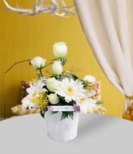 Seramik vazoda beyaz güller ve gerbera