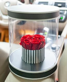 Şeffaf vazoda kırmızı solmayan gül tasarımı